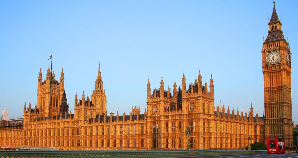Blick von der Westminster Bridge auf den Palace of Westminster