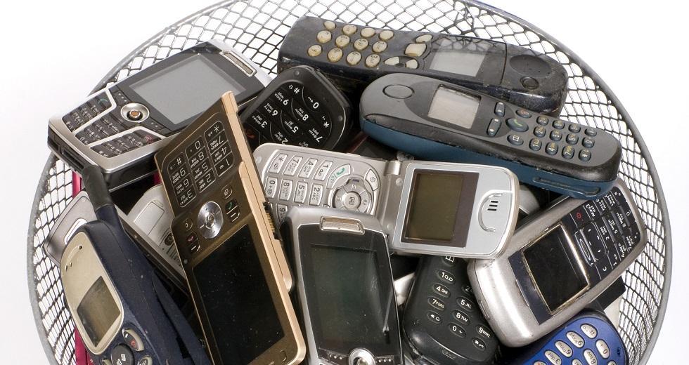 Defekte Mobiltelefone im Mülleimer