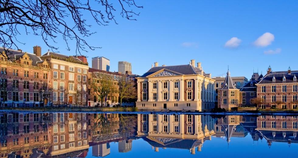 Blick über den Hofvijver auf das Mauritshuis
