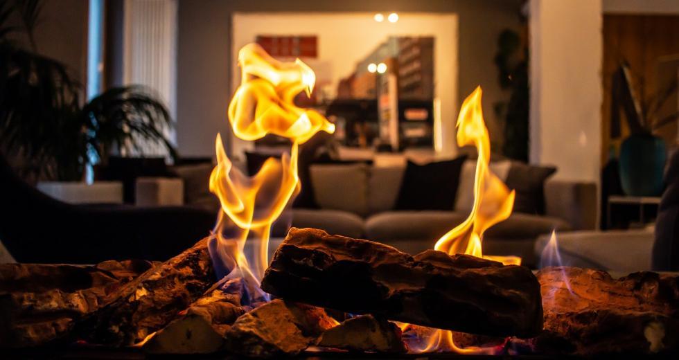 Holzfeuer in der Wohnung