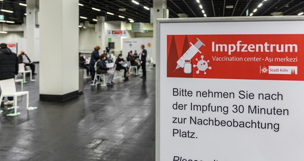 COVID-19-Impfzentrum auf dem Messegelände in Köln