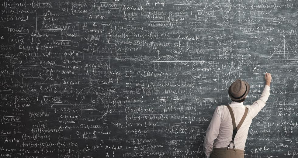 Wandtafel mit Mathe- und Physikformeln