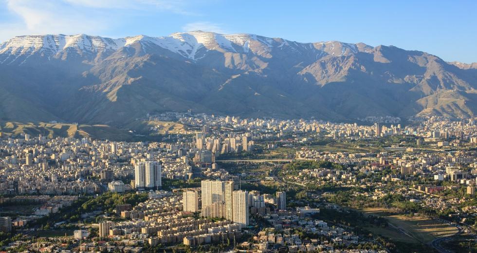 Blick vom Teheraner Azadi-Turm in Richtung Elburs-Gebirge