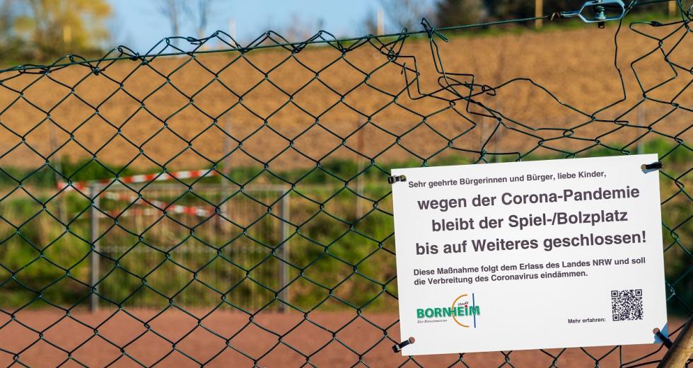 Gesperrter Sportplatz während de Corona-Pandemie