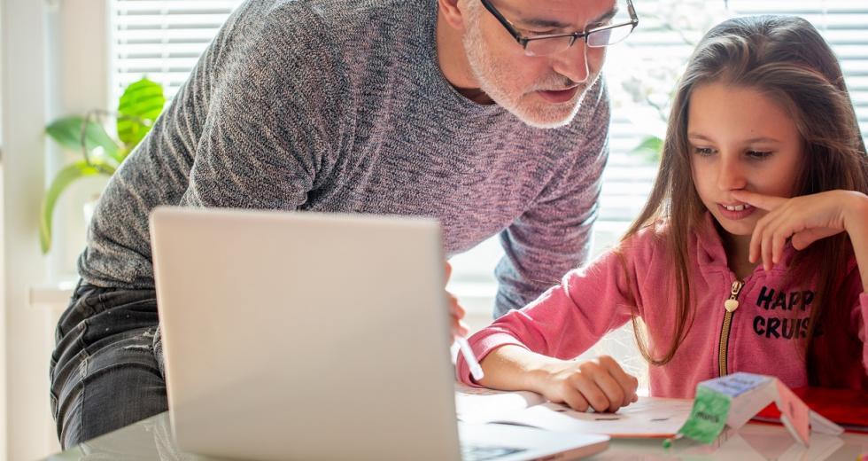Vater und Tochter beim Homeschooling