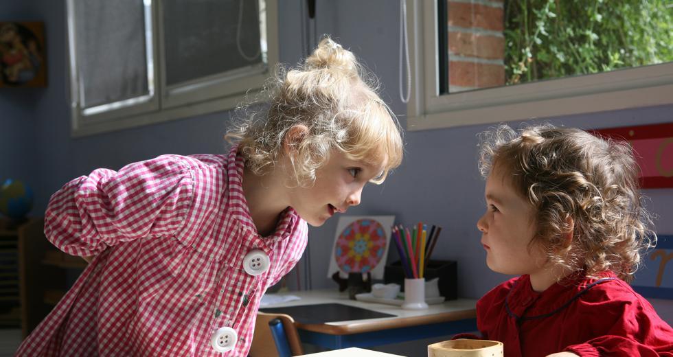 Zwei Schülerinnen einer Montessori-Kita