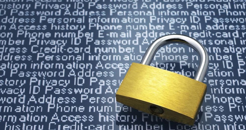 Vorhängeschloss vor digitalem Text aus Sicherheitsbegriffen
