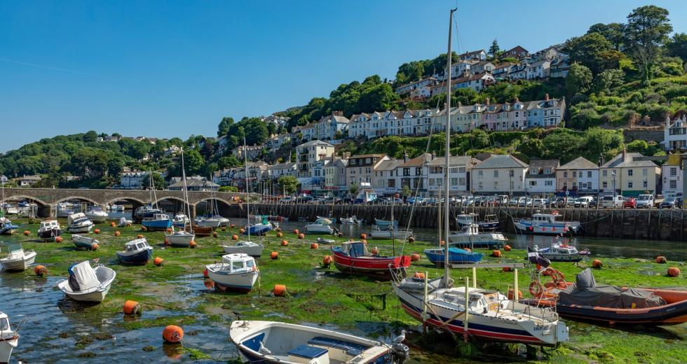 Hafen von Looe, Cornwall, bei Ebbe
