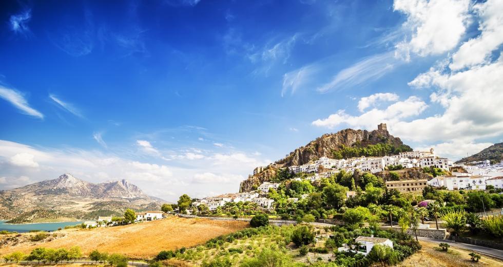 Blick auf Zahara de la Sierra in der Region Cadiz