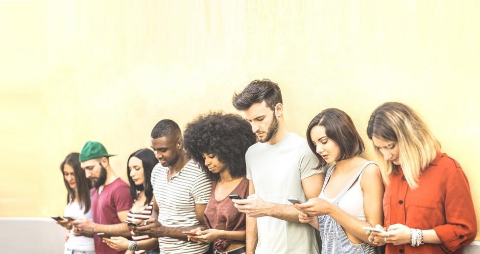 Ältere Jugendliche mit Smartphones