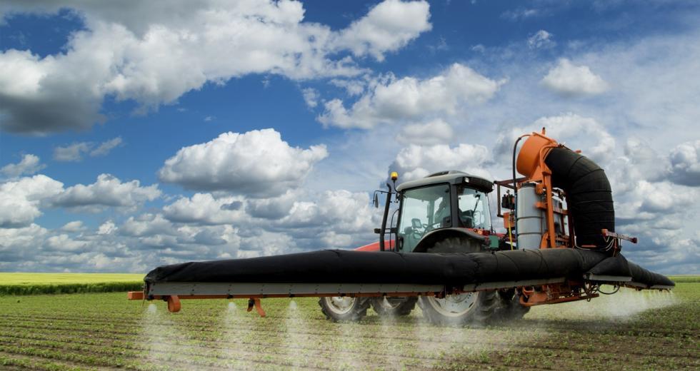 Traktor beim Ausbringen von Pestiziden