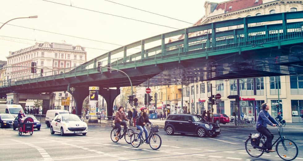 Radfahrer an einer komplexen Straßenkreuzung