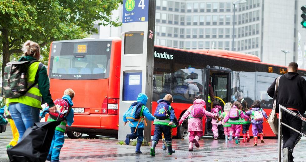 Kinder beim Einsteigen in einen Linienbus