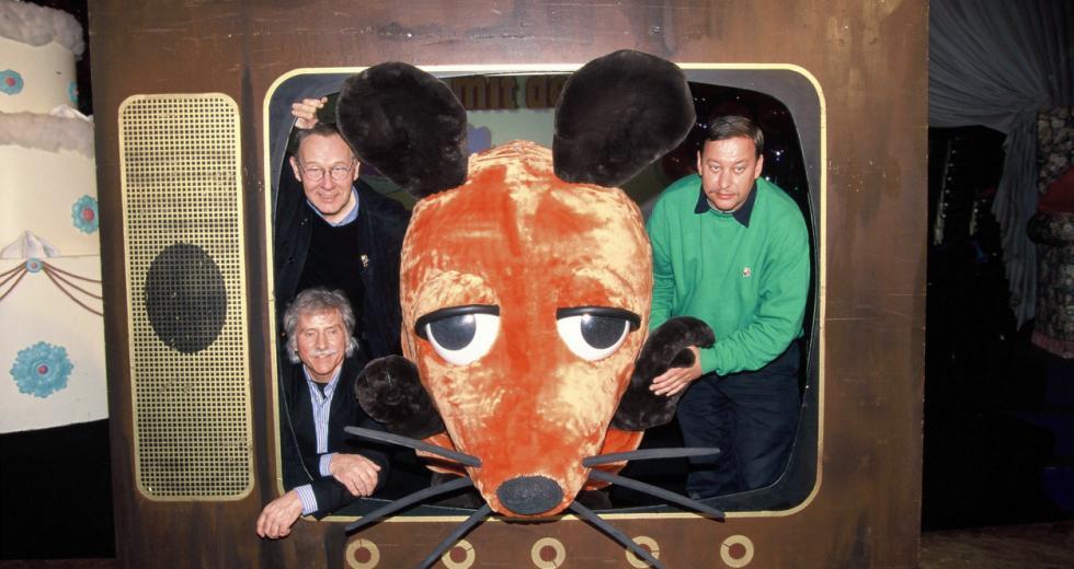 Der Zeichner der TV-Maus, Friedrich Streich links unten, und die beiden Autoren der Sach- und Lachgeschichten Christoph Biemann r und Armin Maiwald l präsentieren ein übergroßes Modell des Stars aus der Sendung mit der Maus