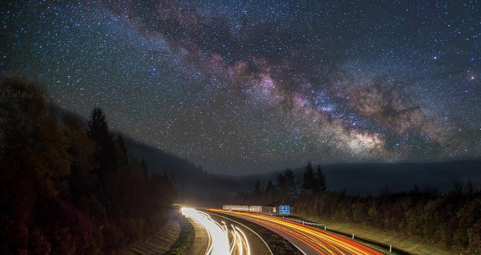 Milchstraße über Autobahn