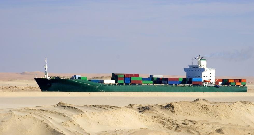 Containerfrachter im Suezkanal