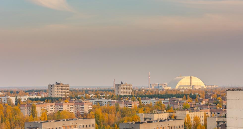 Geisterstadt Prypjat, im Hintergrund das Kraftwerk Tschernobyl