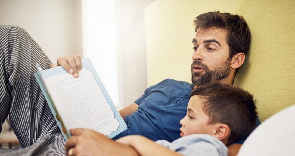 Vater und Sohn beim Vorlesen