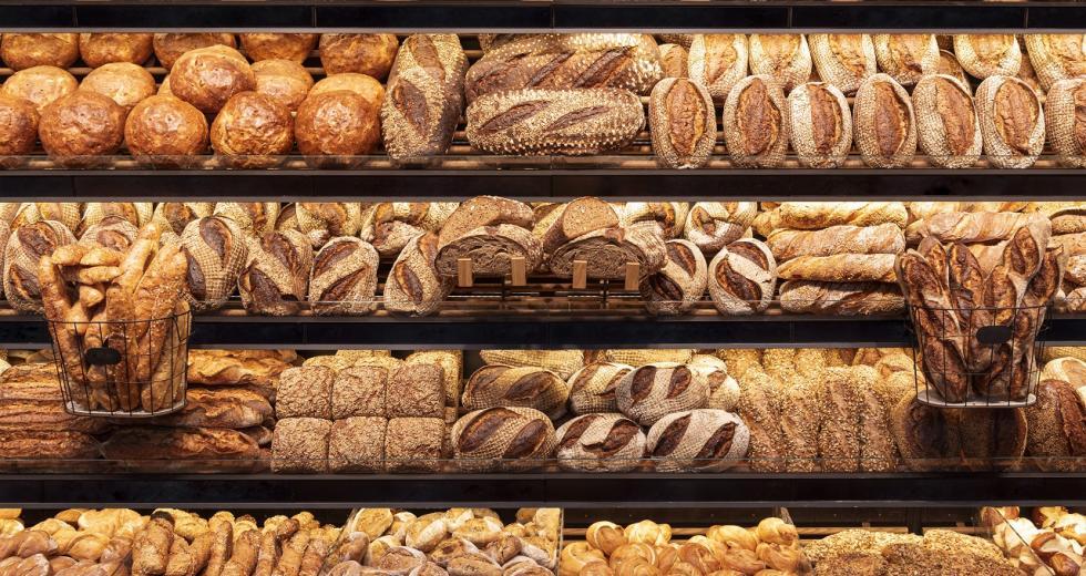 Brotregal in der Bäckerei