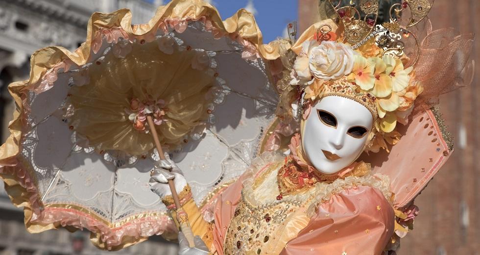Prächtig kostümierte Teilnehmerin des Karnevals in Venedig