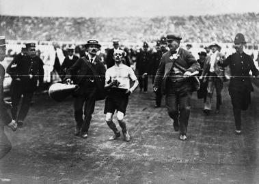Dorando Pietri: Der Einsatz zweier Helfer brachten ihn 1908 um seinen Sieg.