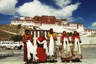Mönche vor dem Potala Palast in Tibet.