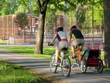 Junge Familie auf Radtour