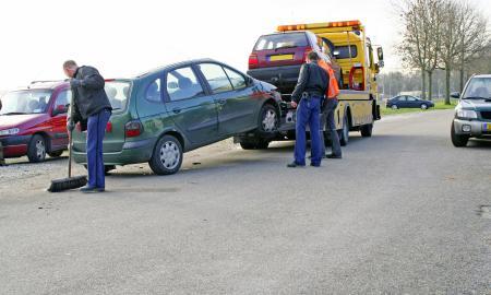Unfallfahrzeuge werden abgeschleppt