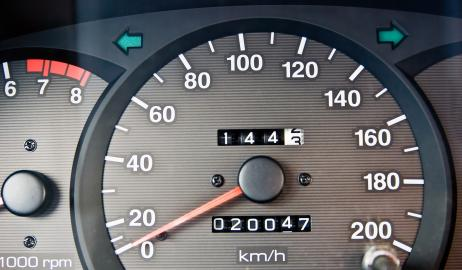 Tachometer mit Kilometerzähler