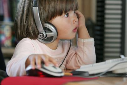 Kleinkind vorm Computer