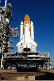 Das Space Shuttle Atlantis fliegt Columbus zur ISS
