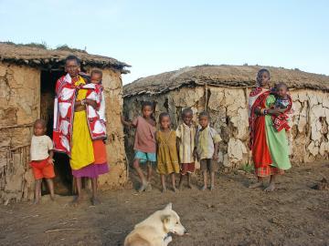 Massai Familie vor ihrer Hütte