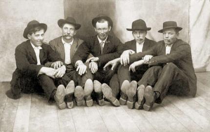 Fünf rauchende Männer in Anzug und Hut