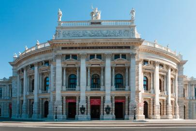 Das Wiener Burgtheater wurde von Kaiserin Maria Theresia als Theater nächst der Burg gegründet.