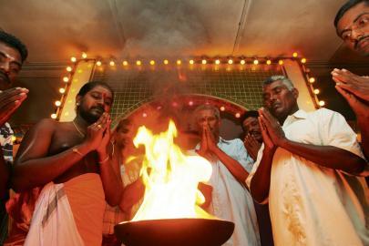 Hindus beten in einem Tempel
