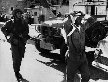Israelis nehmen jordanische Stellungen ein.