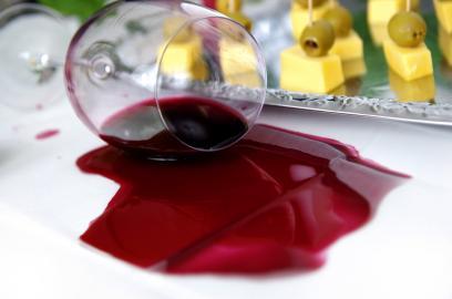 Verschütteter Rotwein am Buffet