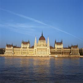 Parlamentsgebäude in Budapest am Ufer der Donau