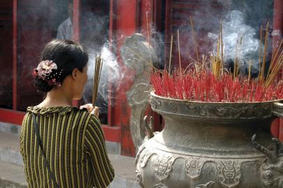 Eine buddhistische Frau in Hanoi, Vietnam