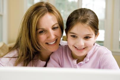 Mutter und Tochter vorm Rechner