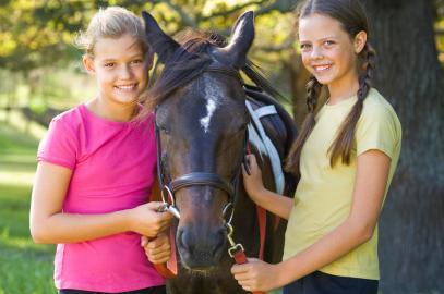 Zwei Mädchen mit Pferd