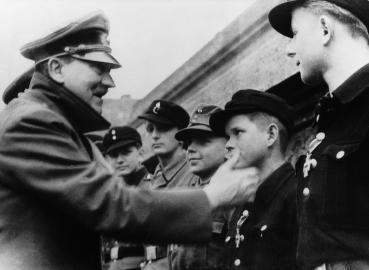 Hitler zeichnet Hitlerjungen mit dem Eisernen Kreuz aus