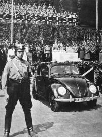 Hitler feiert mit Ferdinand Porsche