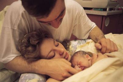 Geburt: Mutter mit Neugeborenem