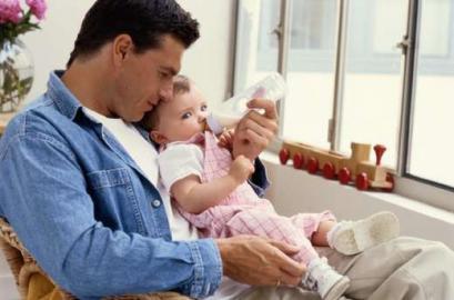 Vater und Kind, Nuckelflasche