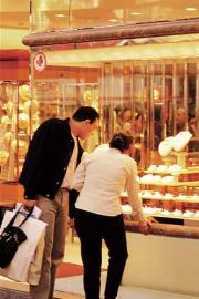 Mann und Frau/ shopping/ einkaufen/Schaufenster