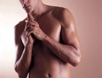 Männeroberkörper, gefaltete Hände