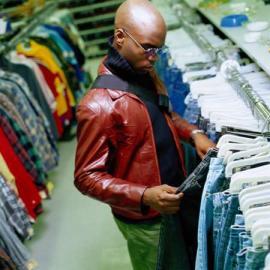 Shoppen, einkaufen, Mann kauft Kleider