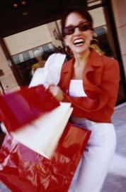 lachende Frau mit Einkaufstüten, shoppen