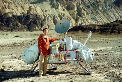 Carl Sagan mit Viking Lander Model, Mars